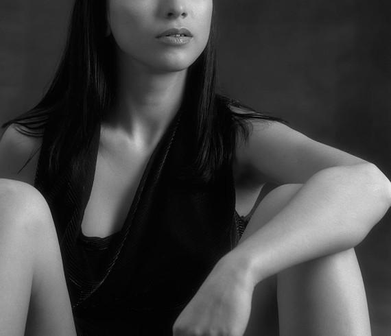 Черно-белый фотопортрет в студии