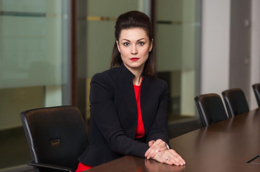 Женский деловой портрет в офисе